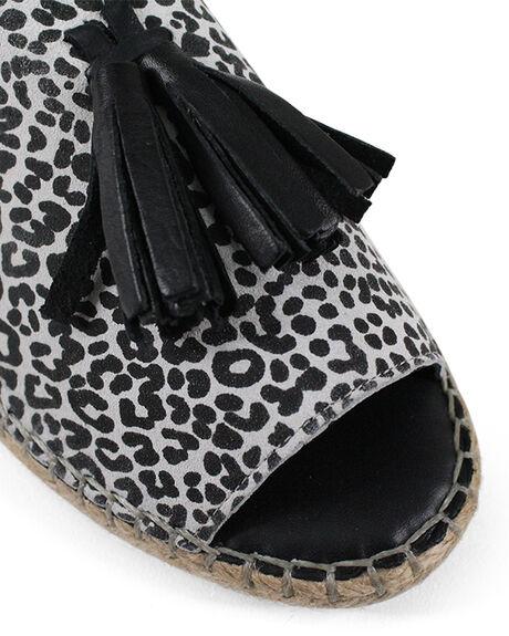 WHITE LEOPARD WOMENS FOOTWEAR BUENO FASHION SANDALS - BUKEILORWHTL