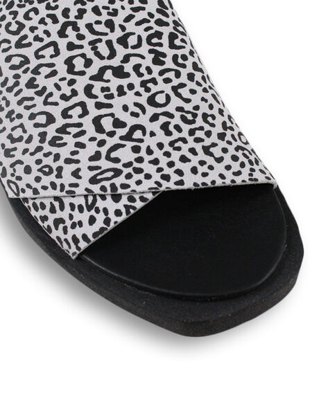 WHITE LEOPARD WOMENS FOOTWEAR BUENO FASHION SANDALS - BUJESSEWHTL
